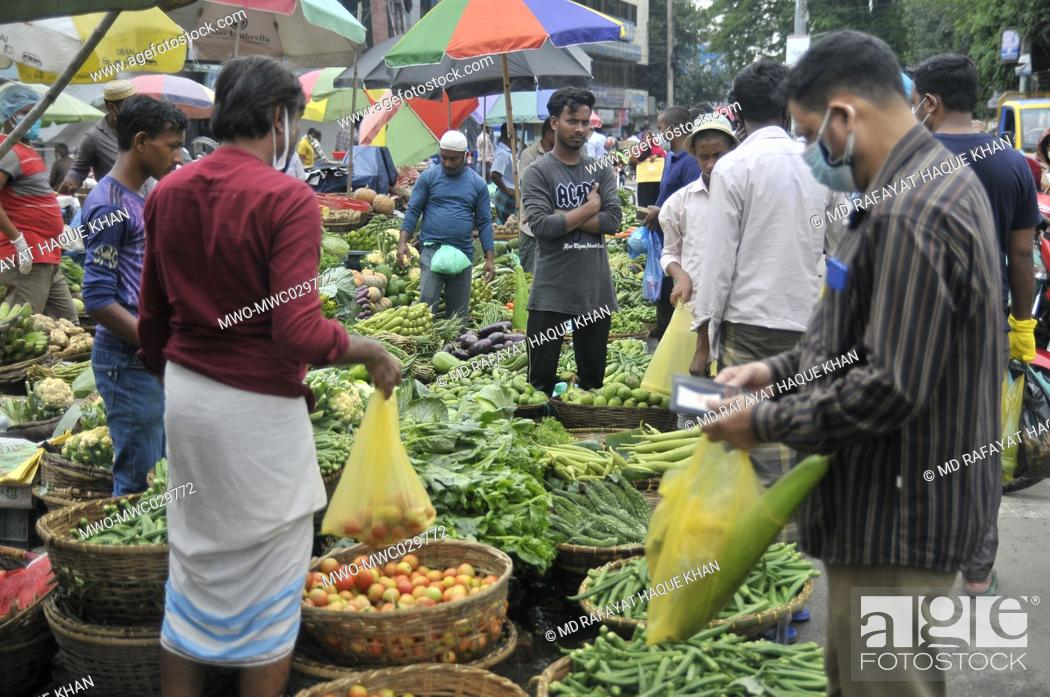 Imagen: April 22, 2020, Sylhet, Bangladesh: Mass people are not still maintaining the minimum safe distance at the bazzar of Sylhet Bangladesh as a preventive measure.