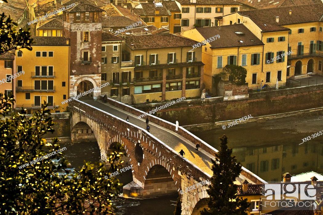 Imagen: Roman Ponte Pietra, Stone Bridge, Pons Marmoreus, Adige River, Verona, Veneto, Italy, Europe.