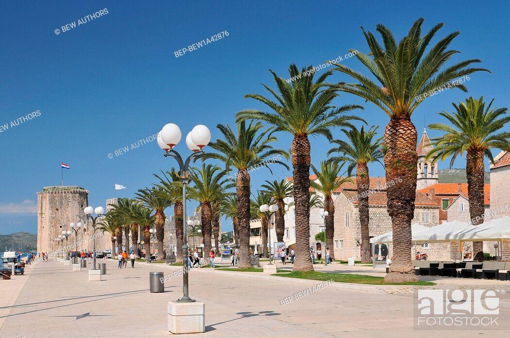 Imagen: Croatia, Trogir, Main seafront promenade, Trogir, Dalmatia.