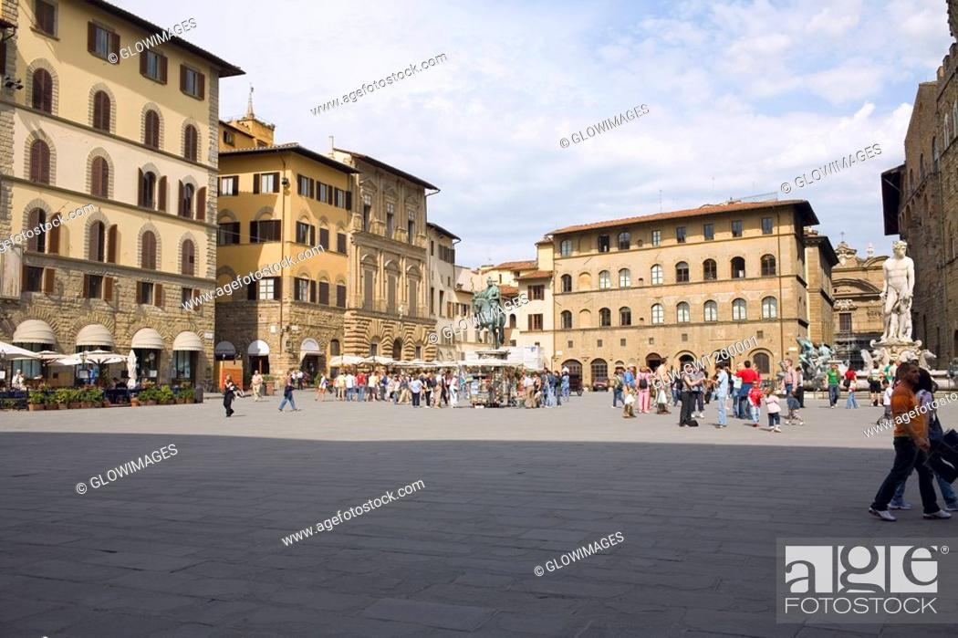 Stock Photo: Tourists in front of a palace, Cosme I de Medicis, Pallazo Vecchio, Florence, Italy.