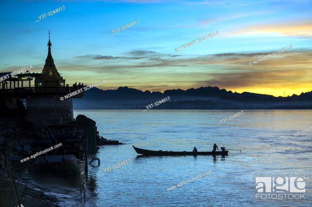 Stock Photo: Myanmar (formerly Burma). Kayin State (Karen State). Hpa An. Shwe yin myaw pagoda at Thanlyin river at sunset.