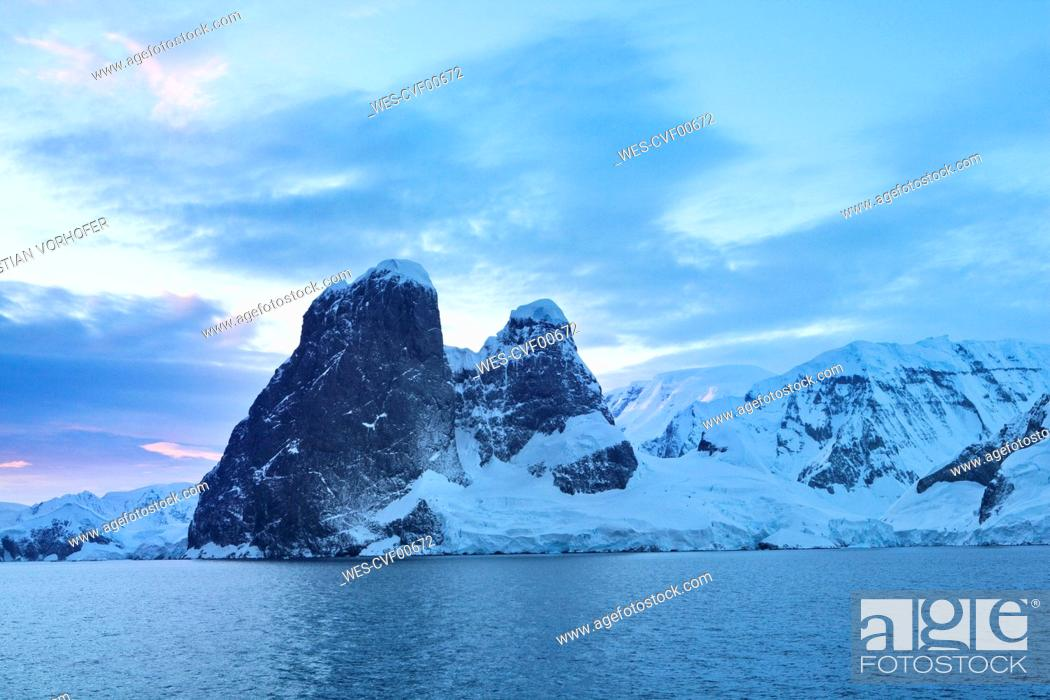 Imagen: Antarctic, Antarctic Peninsula, snow covered mountains with ice and glacier in the morning.