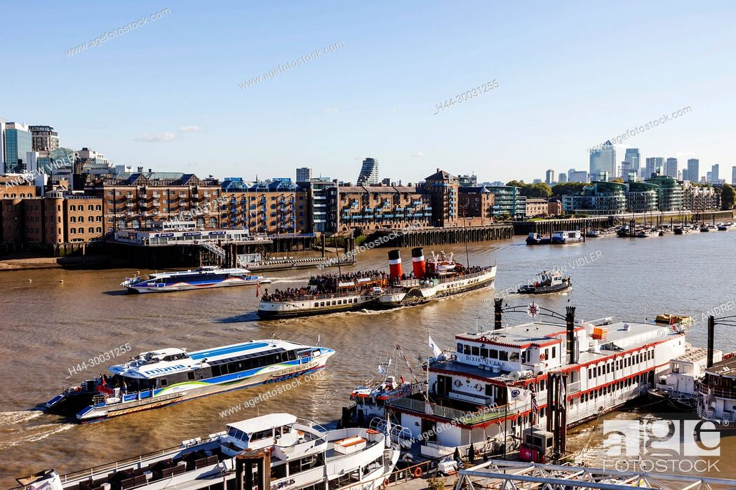 Imagen: England, London, Boats on The River Thames and Docklands Skyline.