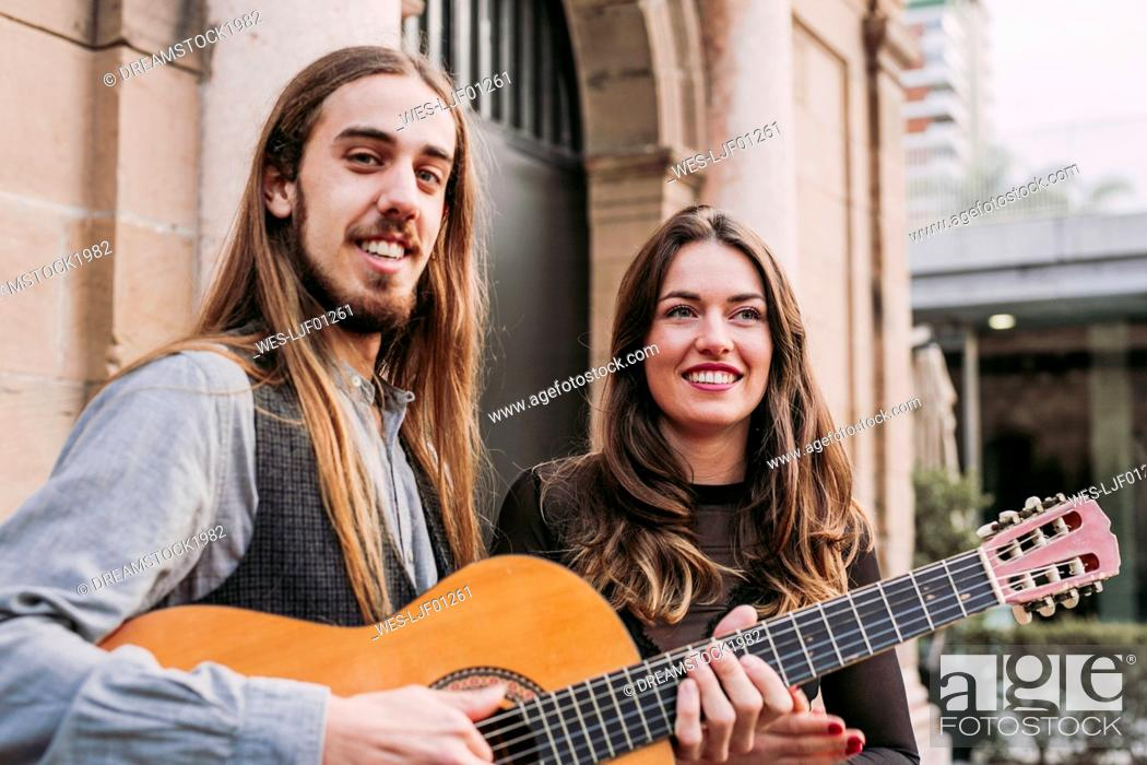 Imagen: Portrait of two smiling young musicians in the city.