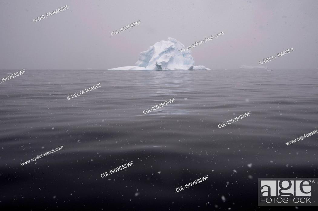 Imagen: Snowfall over icebergs in Portal Point, Antarctica.