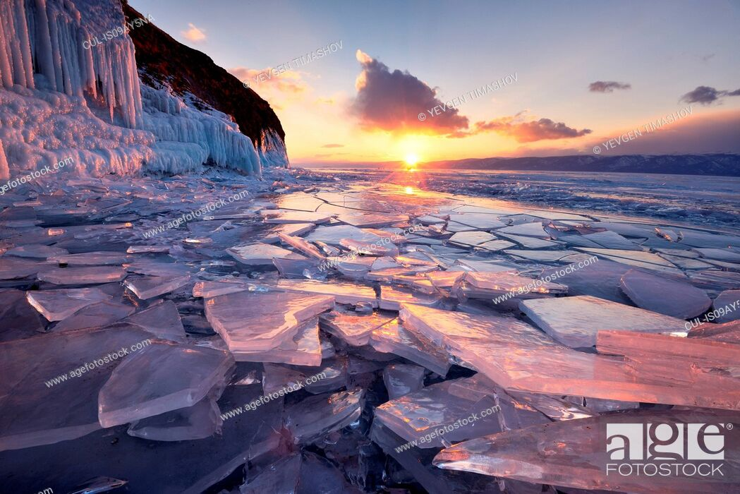Photo de stock: Broken ice at sunset, Baikal Lake, Olkhon Island, Siberia, Russia.