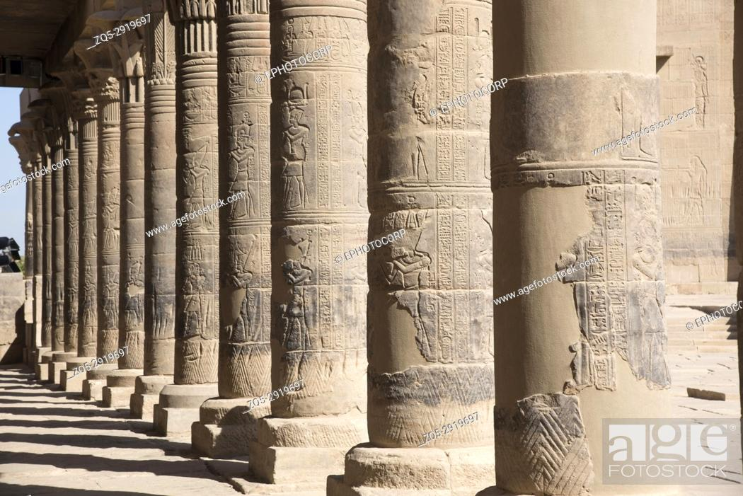 Imagen: Carved pillars of Philae temple. Agilika Island, Egypt Philae Temple was dismantled and reassembled (on Agilika Island about 550 meters from its original home.
