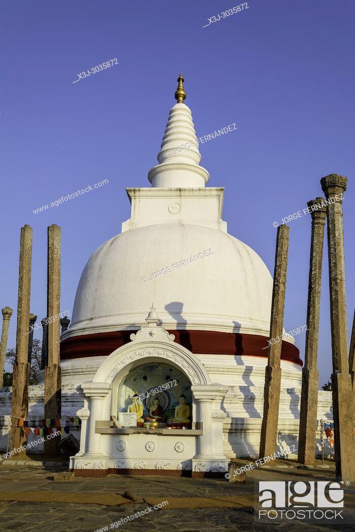 Imagen: Stupa at sunset at Anuradhapura historical site. Sri Lanka.