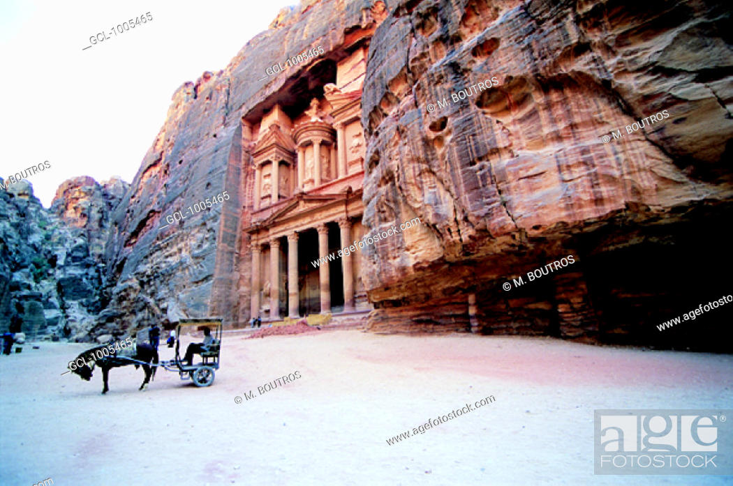 Stock Photo: Horse carriage in front of Al Khazneh (The Treasury), Petra, Jordan.