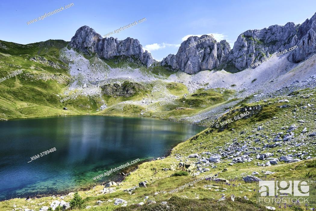 Imagen: Ibon de Acherito mountain glaciar lake. Ibon de Acherito route. Valles Occidentales Natural Park. Huesca, Aragon, Spain, Europe.