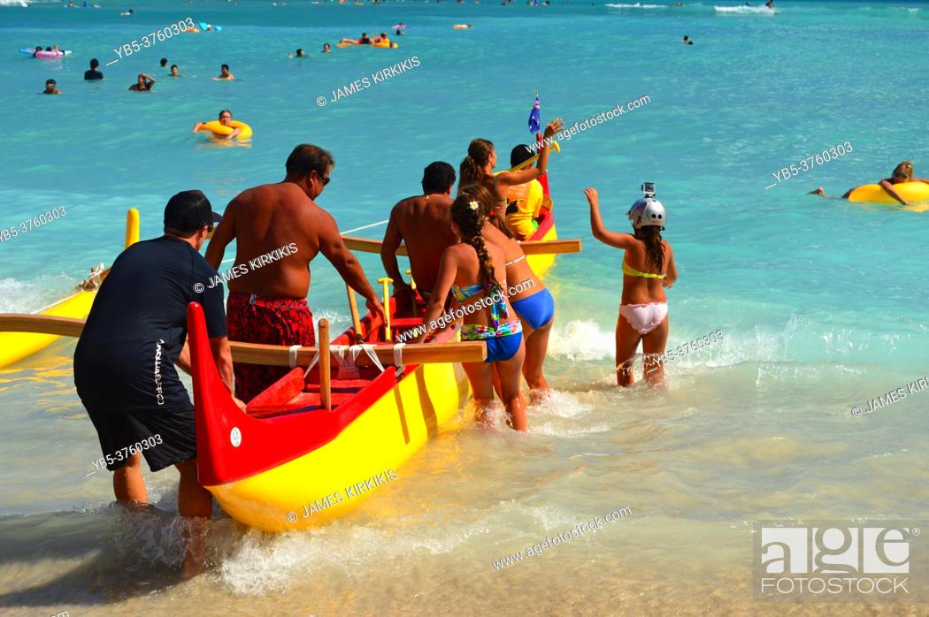Imagen: Adventures prepare to embark on an outrigger canoe trip from the shores of Waikiki Beach in Hawaii.