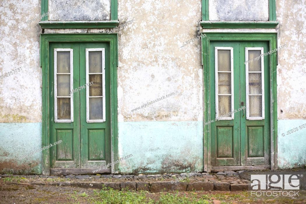 Imagen: Green doors in Tenerife, Canary islands, Spain.