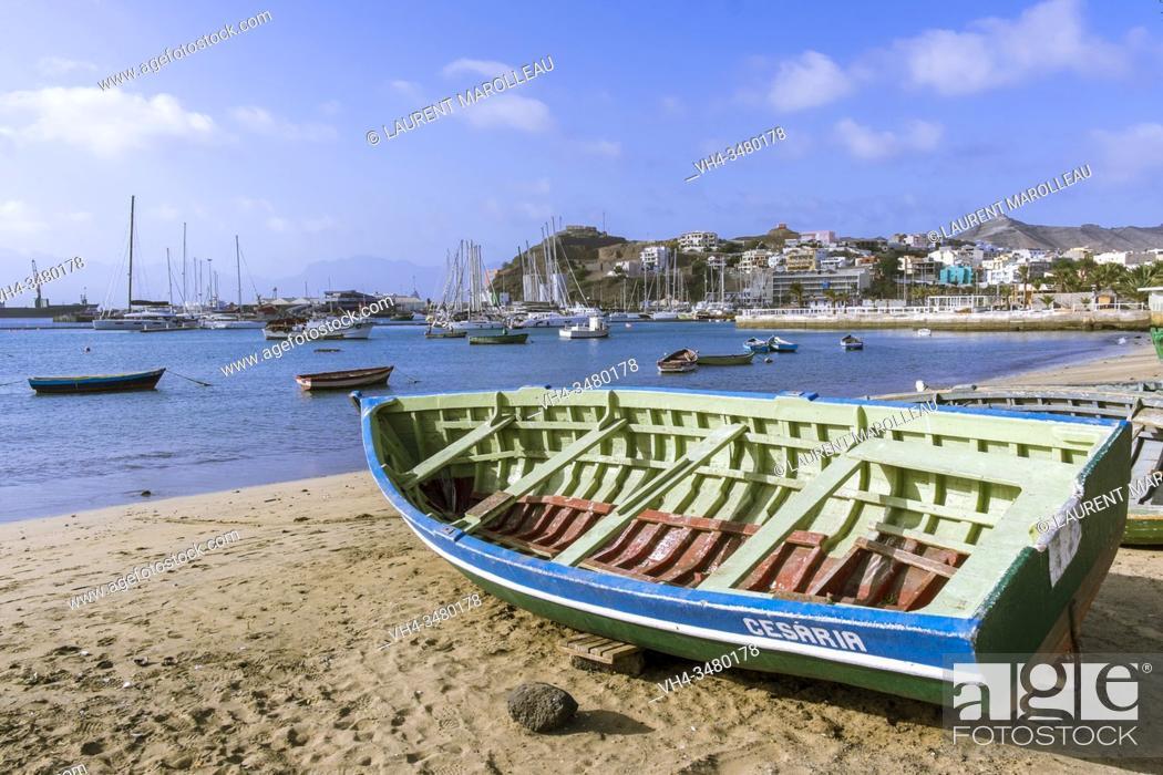 Imagen: Fishing boat on the Beach at Praia de Bote and Porto Grande Bay, Mindelo, Sao Vicente, Cape Verde Islands, Africa.