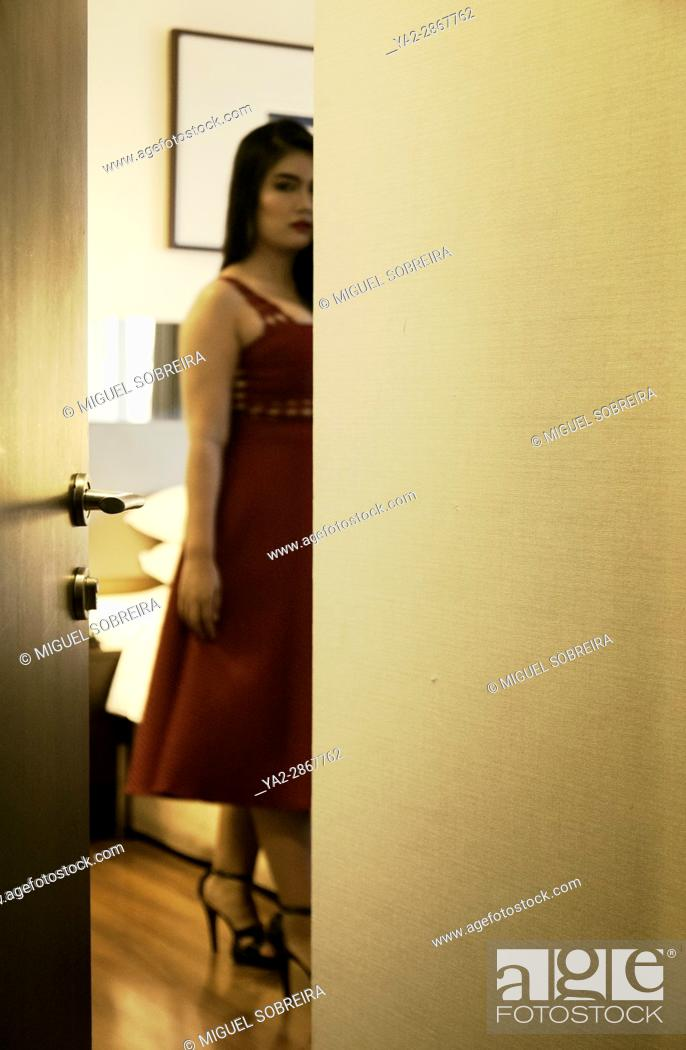 Imagen: Blurred Glimpse of Woman in Hotel Room.