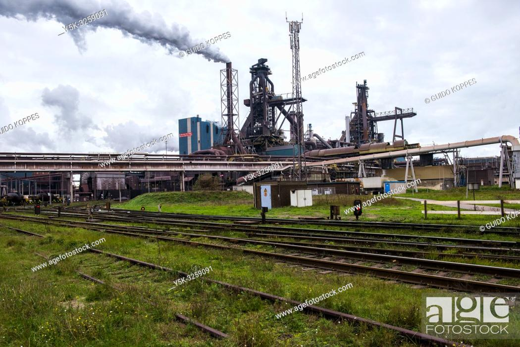 Imagen: IJmuiden, Netherlands. Huge, heavy steel production plant and industry terrain, producing various kinds of steel inside an CO2 emitting factory.