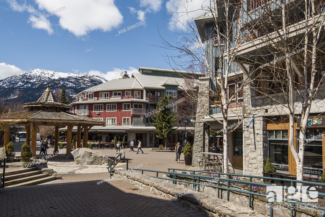 Imagen: Street and plaza in Whistler Village, British Columbia, Canada.