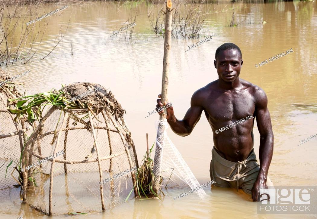 Imagen: Portrait Of fisherman Fishing In River Niger.