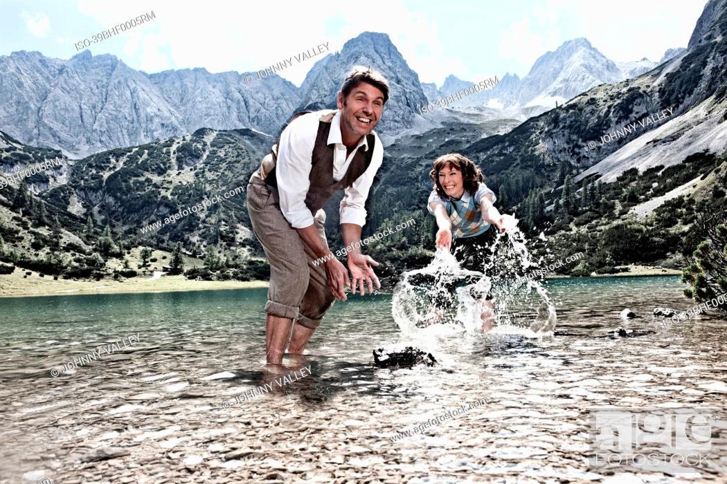 Imagen: Couple splashing in lake.