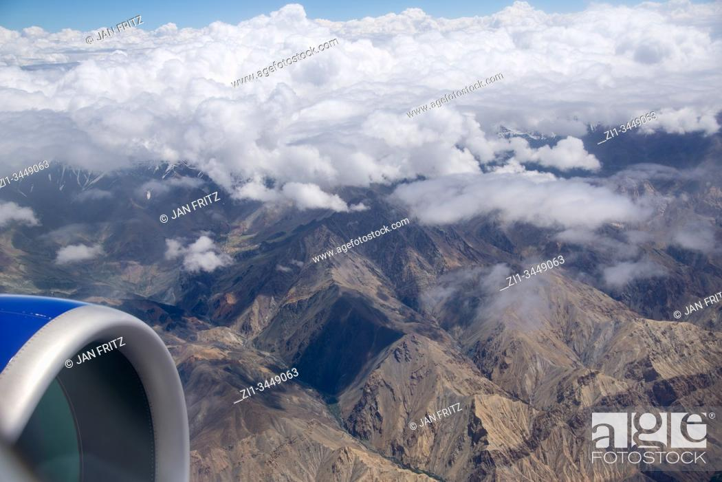 Imagen: aerial view at Himalayas with clouds in Ladakh, India.