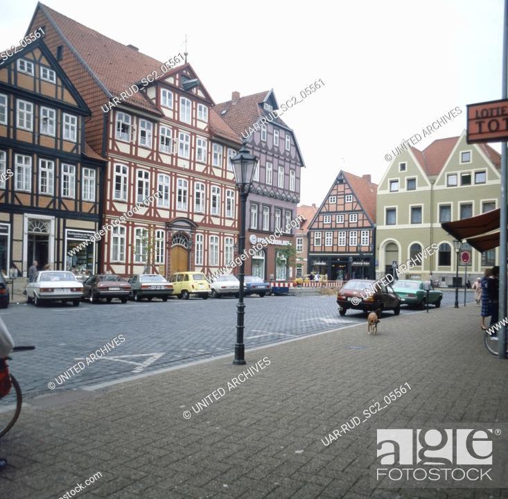 Stock Photo: Unterwegs in Celle: Fachwerkhäuser am Markt, Deutschland 1980er Jahre. Strolling through the city of Celle: frame houses at the market square, Germany 1980s.