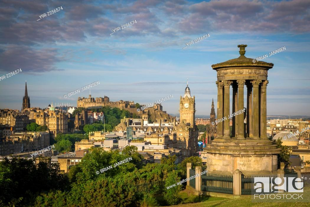 Imagen: Early morning at Dugald Stewart Monument - view from Calton Hill over Edinburgh, Scotland.