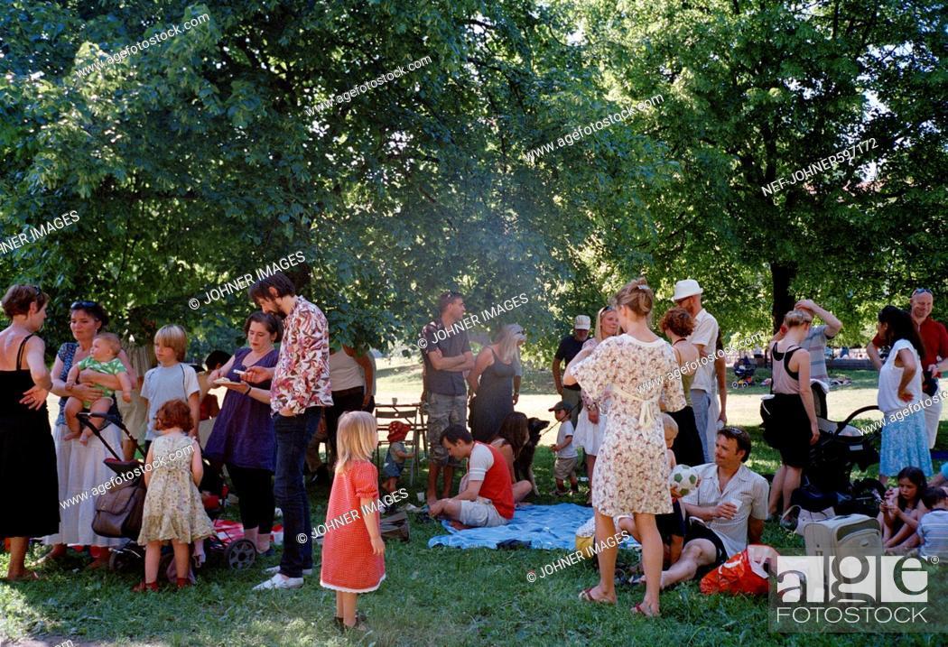 Imagen: Family party in a park, Stockholm, Sweden.