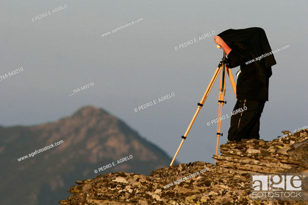 Imagen: Landscape photographer with technical camera 9x12 at Courel mountains. Lugo province, Galicia, Spain.