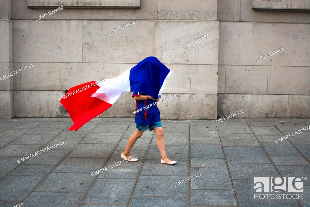 Imagen: A child playing with the flag of France, celebrating the victory of the national team in the World Cup 2018. Latin Quarter, Paris, France.