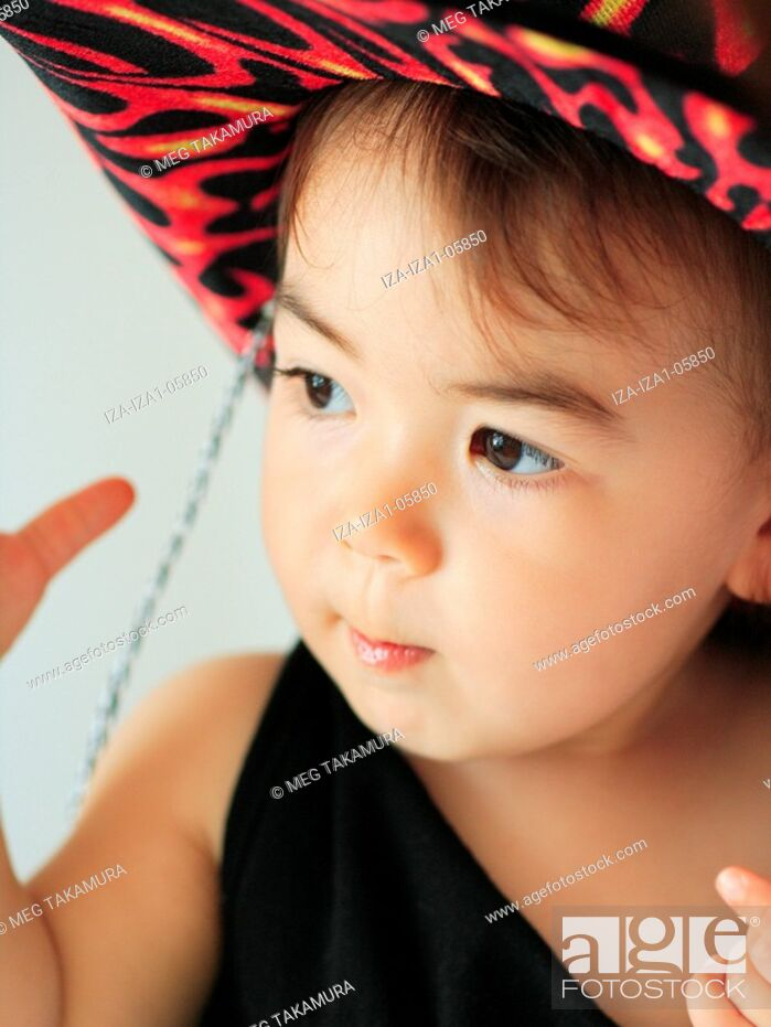 Imagen: Close-up of a baby girl wearing a hat.