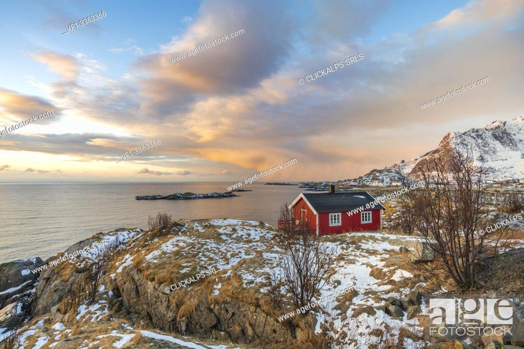Imagen: Traditional fishermen house in winter at dawn. Hamnoy, Nordland county, Northern Norway, Norway.