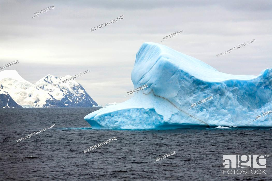 Imagen: Blue iceberg off Laurie Island, Washington Strait, South Orkneys, Southern Ocean, Antarctica.
