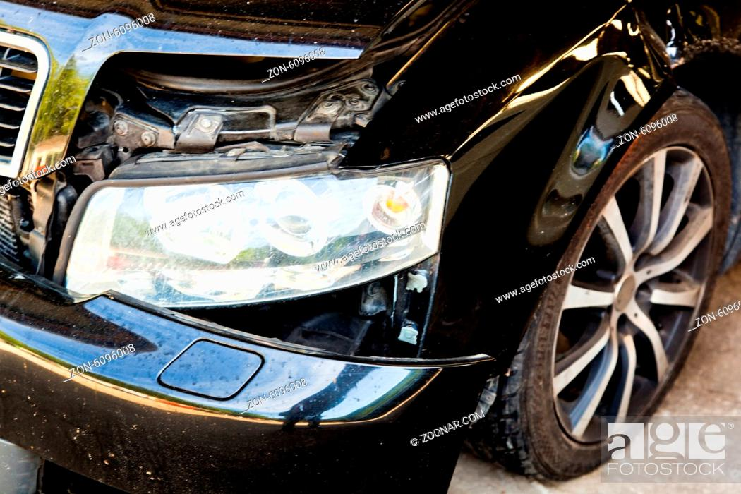 Imagen: Ein Auto mit Blechschaden nach einem Unfall in einer Autowerkstatt.