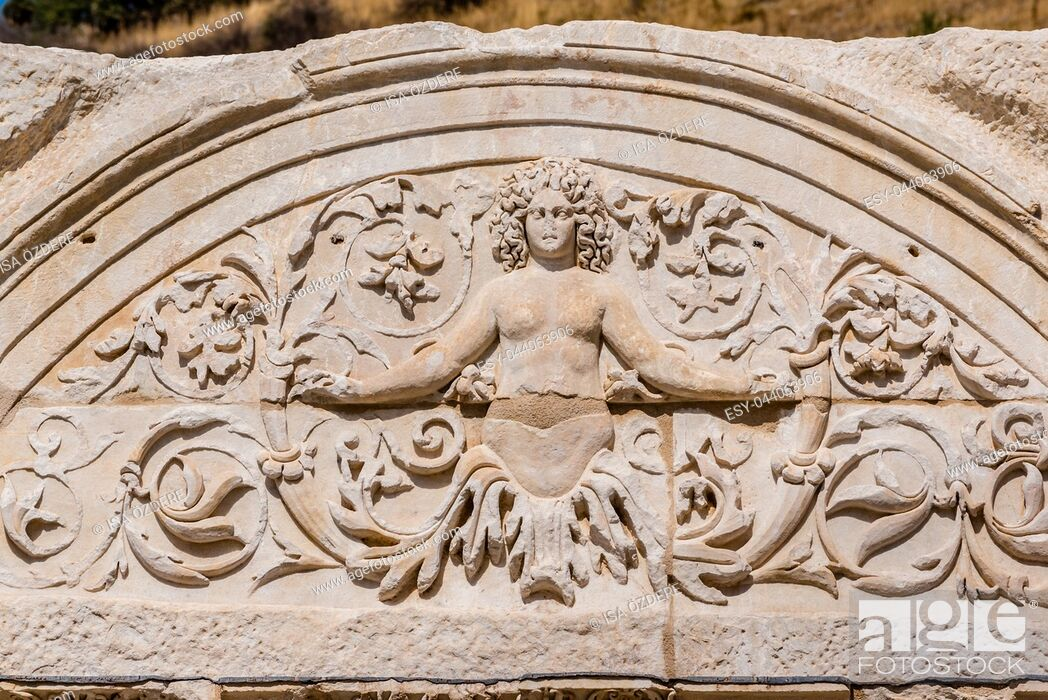 Imagen: Marble reliefs in Ephesus historical ancient city, in Selcuk,Izmir,Turkey. Figure of Medusa with ornaments of Acanthus leaves,Detail of the Temple of Hadrian.