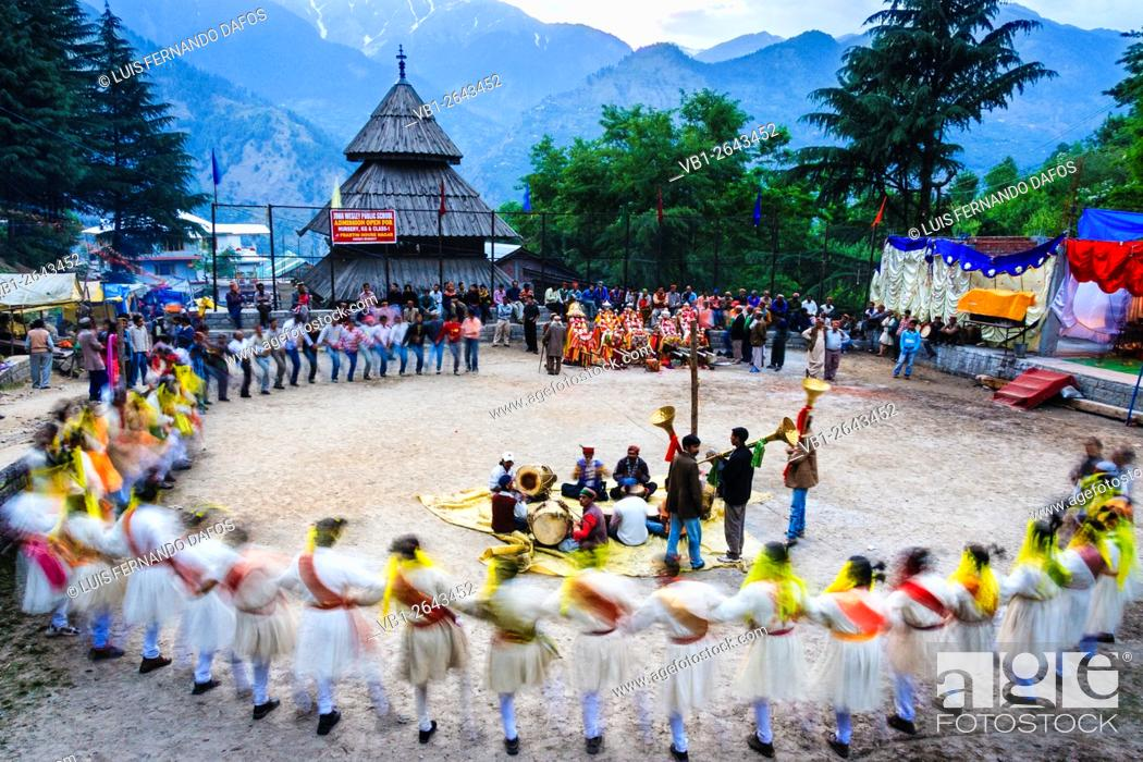 Imagen: High cast Rajputs dancing at the Nagar Festival, Himachal Pradesh, India.