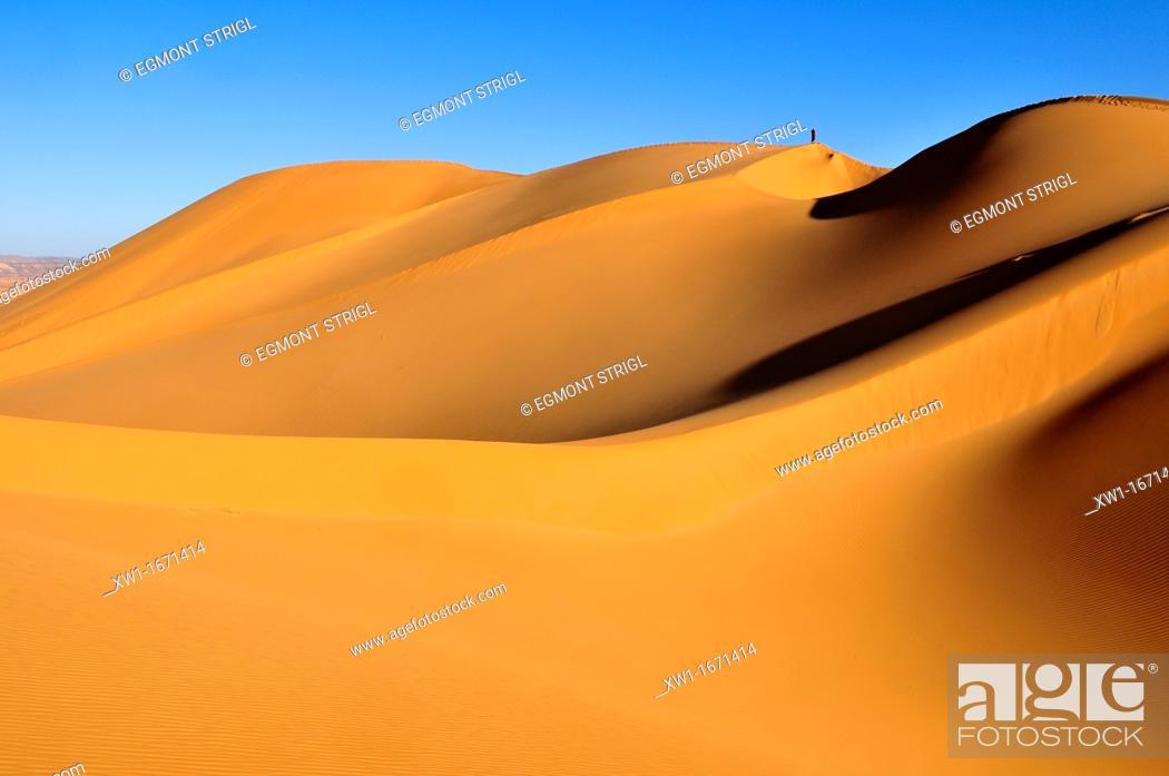 Stock Photo: people on the sanddunes of Erg Tihoulahoun, Immidir, Algeria, Sahara, North Africa.