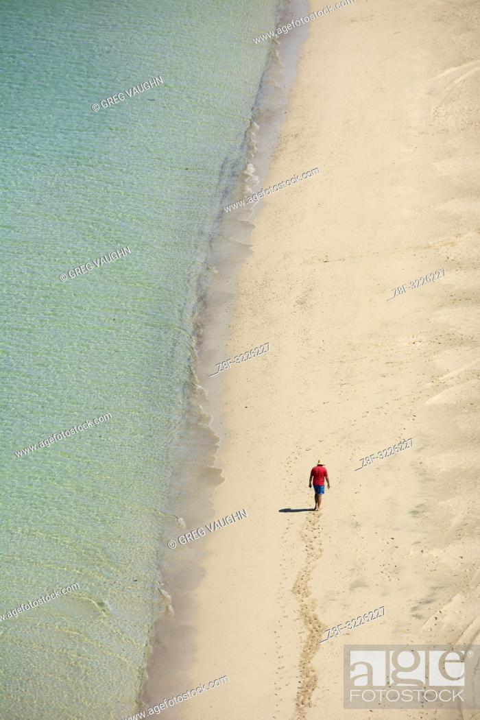 Imagen: Man walking on the beach at Playa Tecolote near La Paz, Baja California Sur, Mexico.