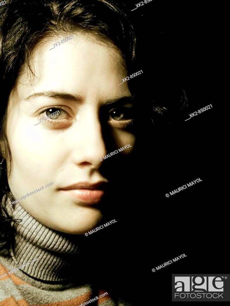 Stock Photo: Chica de ojos verdes y piel clara con un jersey de cuello alto.