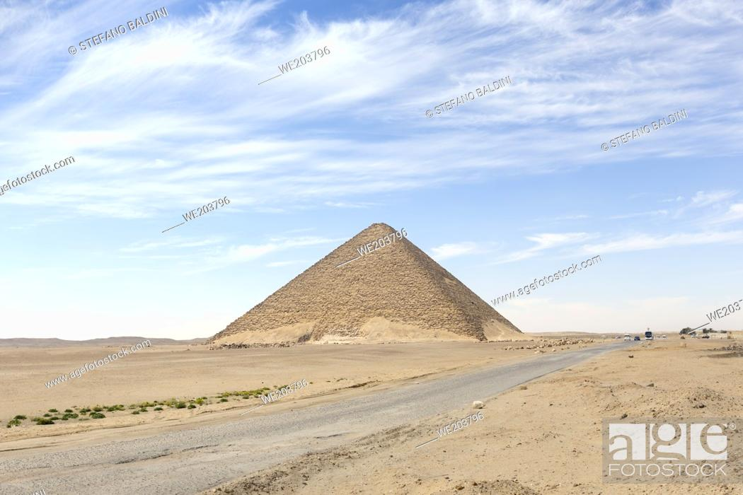 Imagen: The red pyramid at Dahshur, Egypt.