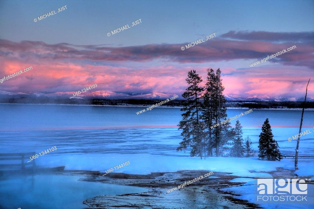 Photo de stock: Yellowstone Lake as seen in the winter from the West Thumb Geyser Basin at Yellowstone National Park, Wyoming.