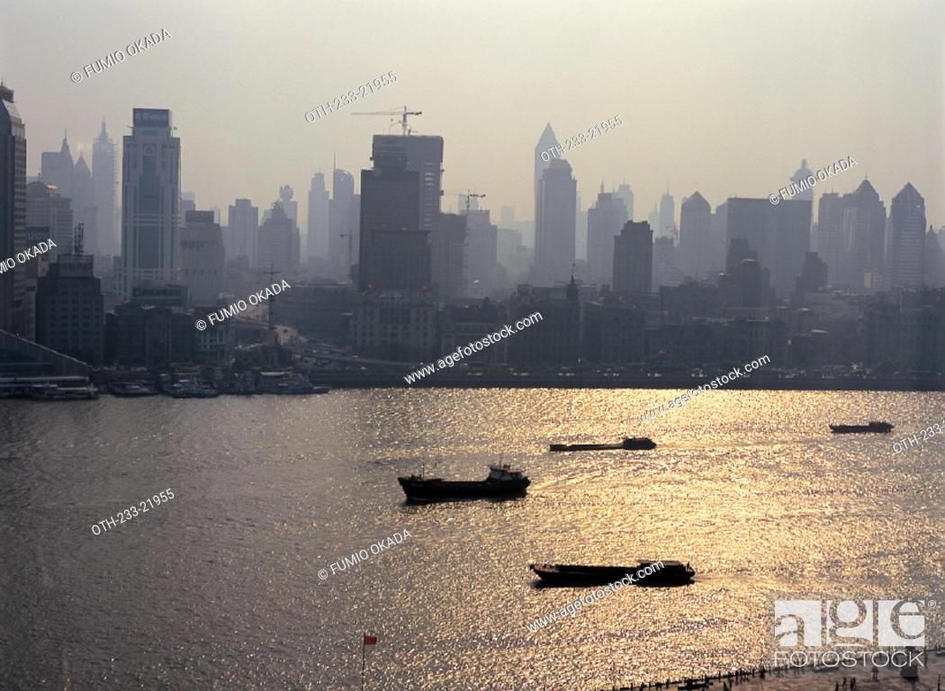 Imagen: Sea  Transport in Huangpu River, Shanghai, China.