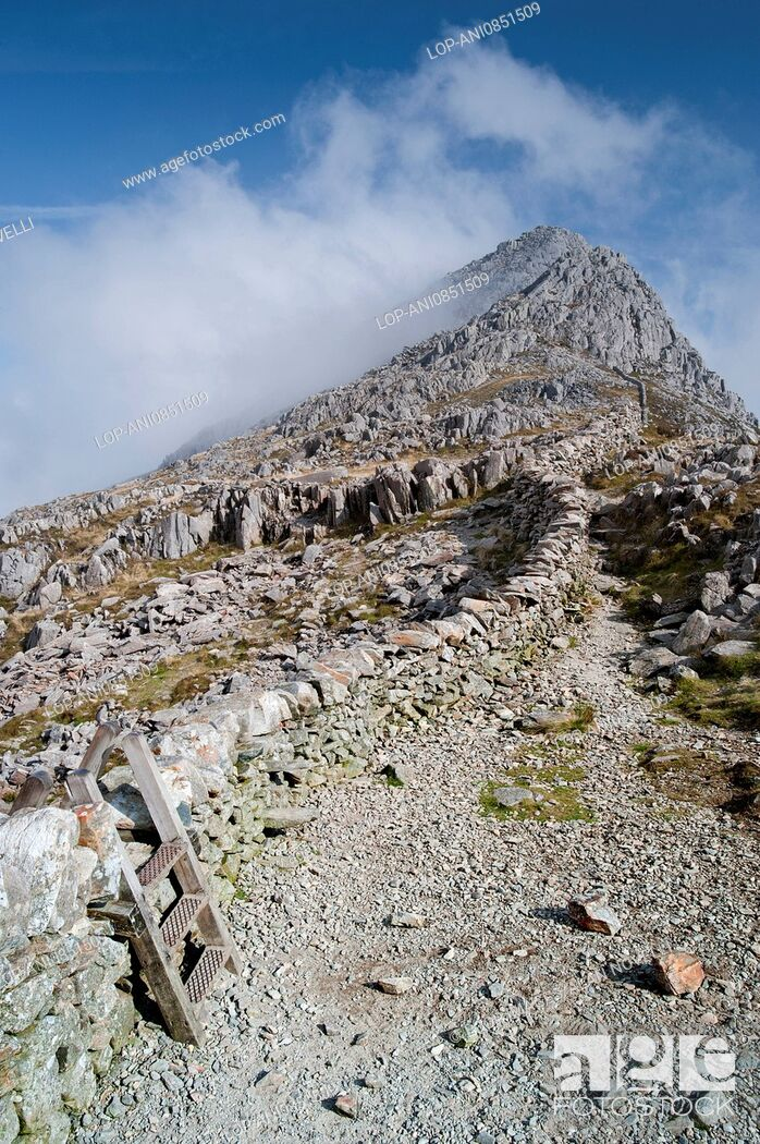 Imagen: Peak of Tryfan capped in cloud viewed from Bwlch Tryfan in the Glyderau mountains of Snowdonia.