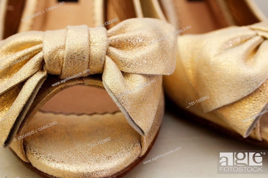 Imagen: Golden wedding shoes.