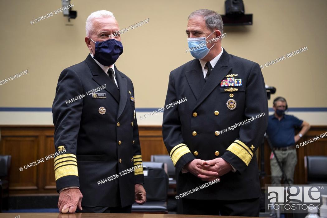 Photo de stock: Admiral Brett Giroir, United States Assistant Secretary for Health, Assistant Secretary for Health, left, talks with Rear Admiral John P.
