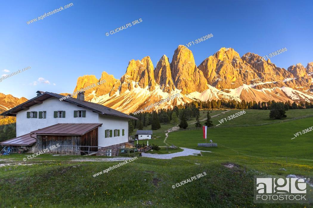 Imagen: Enrosadira over the Odle peaks from Glatschalm refuge, Dolomites, Funes, Bolzano province, South Tyrol, Italy.