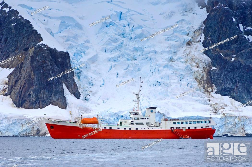 Imagen: ship Antarctic Dream in front of antarctic landscape, Antarctica, Pleneau Island.