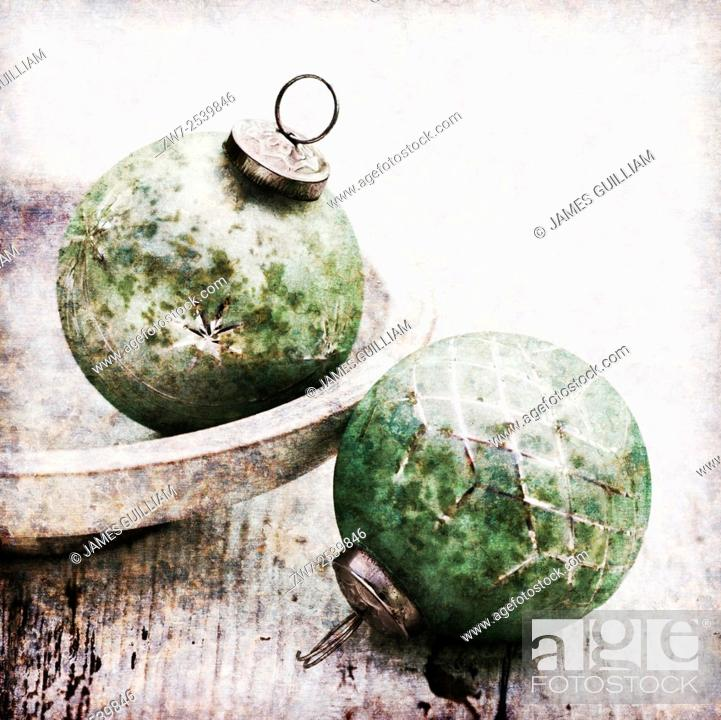 Imagen: Antique styled glass Christmas baubles.