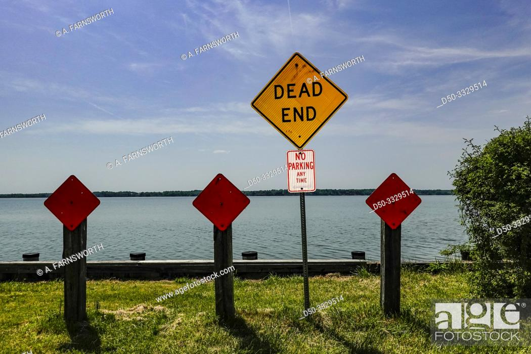 Imagen: Broomes Island, Maryland USA A dead end sign at the end of a road abutting the Patuxent River.