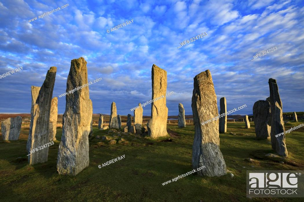 Imagen: The Neolithic Stone Circle at Callanish on the Isle of Lewis bathed in late afternoon light in October.