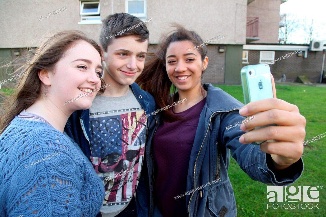 Imagen: Teenagers taking selfie with mobile phone.