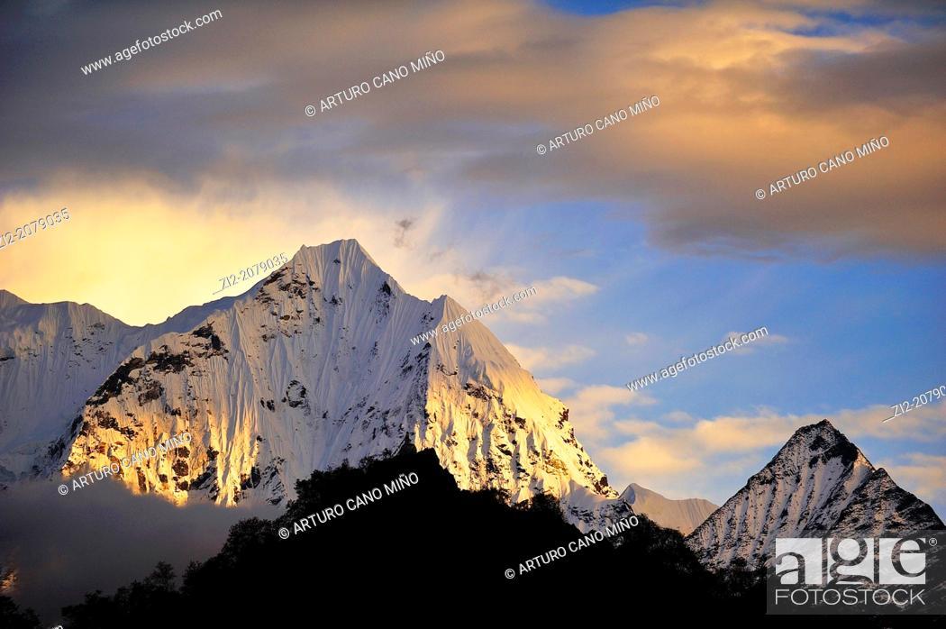 Stock Photo: Thamserku Peak, 6623 mts., Sagarmatha National Park, the Himalaya range, Khumbu area, Solukhumbu District, Sagarmatha Zone, Nepal.